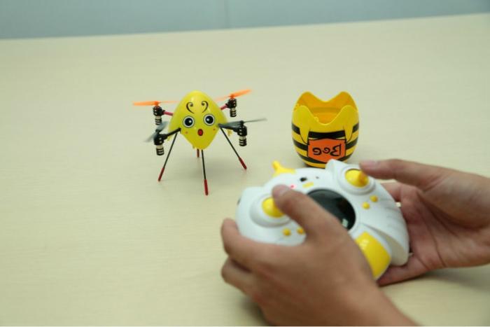 drone-télécommandé-un-petit-drone-jaune-jouet-sympa