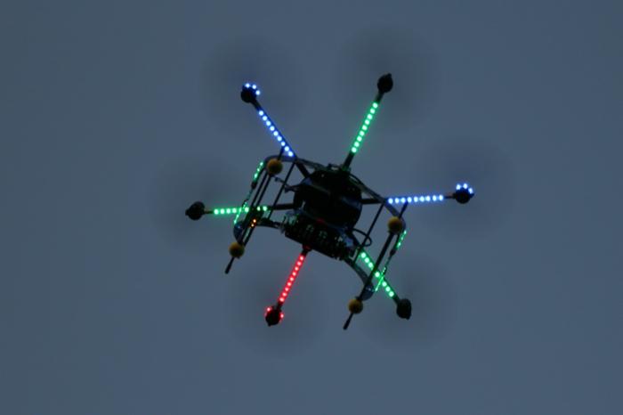 drone-télécommandé-un-vol-pendant-la-nuit