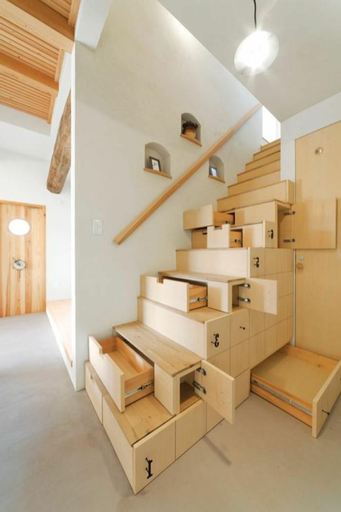 escalier-en-bois-clair-sol-en-lino-beige-plafond-en-bois-maison-japonaise