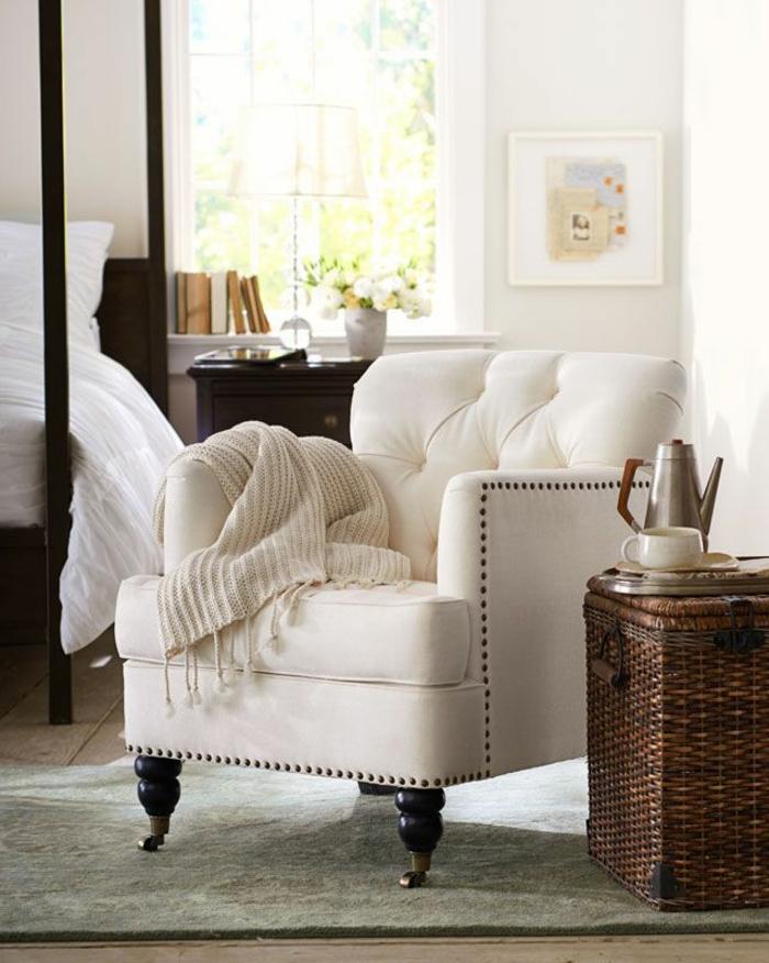 fauteuil-blanc-assise-carrée-et-panier-rustique