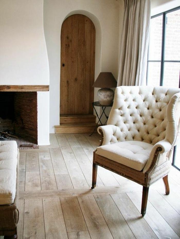 fauteuil-blanc-capitonné-dans-une-pièce-rustique