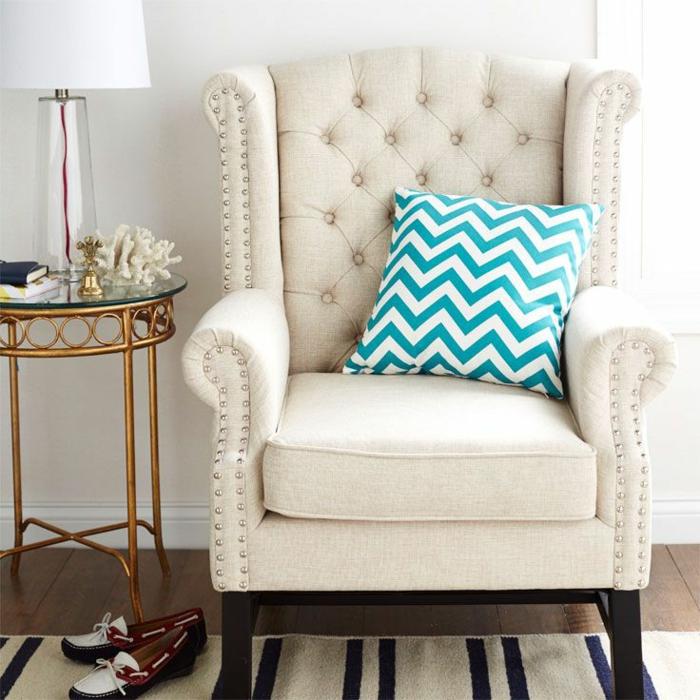 fauteuil-blanc-coussin-motif-chevrons-en-blanc-et-bleu