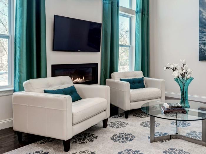 fauteuil-blanc-deux-blancs-fauteuils-grande-taille-rideaux-turquoises