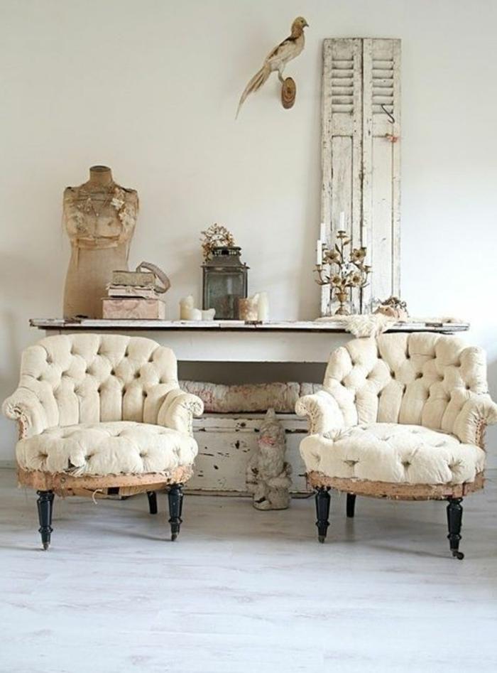 fauteuil-blanc-deux-fauteuils-capitonnés-décor-avec-objets-anciens