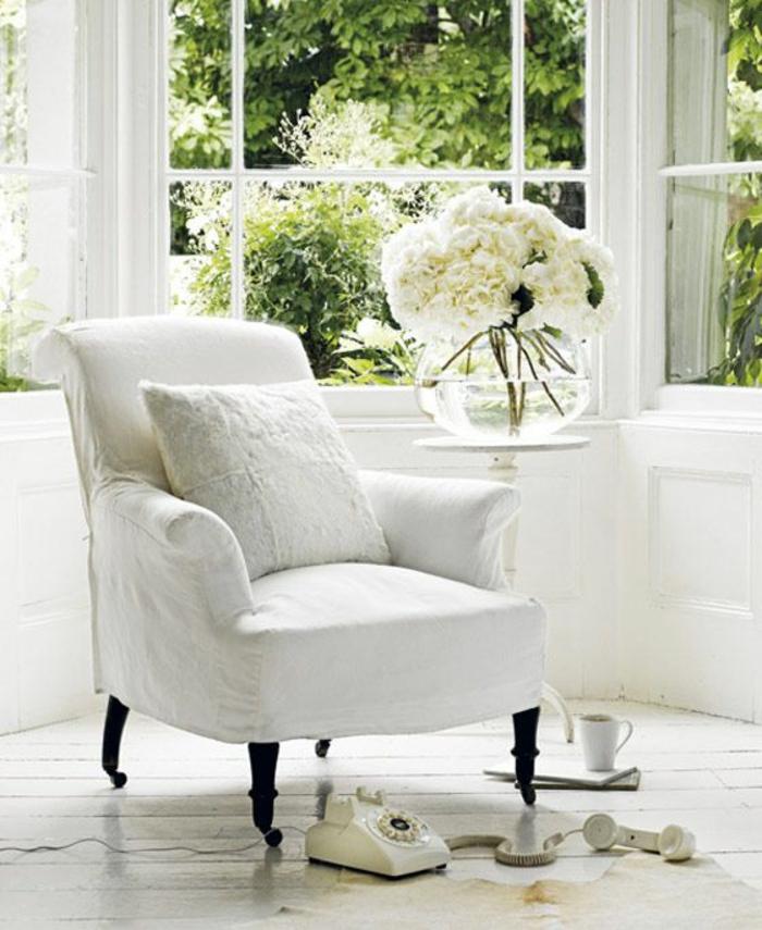 fauteuil-blanc-et-intérieur-lumineux-et-blanc