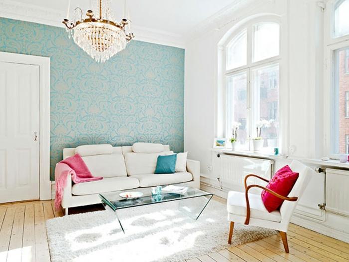 fauteuil-blanc-et-sofa-blanc-chandelier-magnifique-coussins