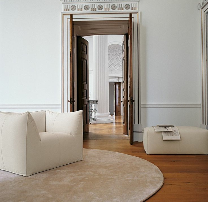 fauteuil-blanc-fauteuil-bamboule-blanc-sur-un-tapis-beige
