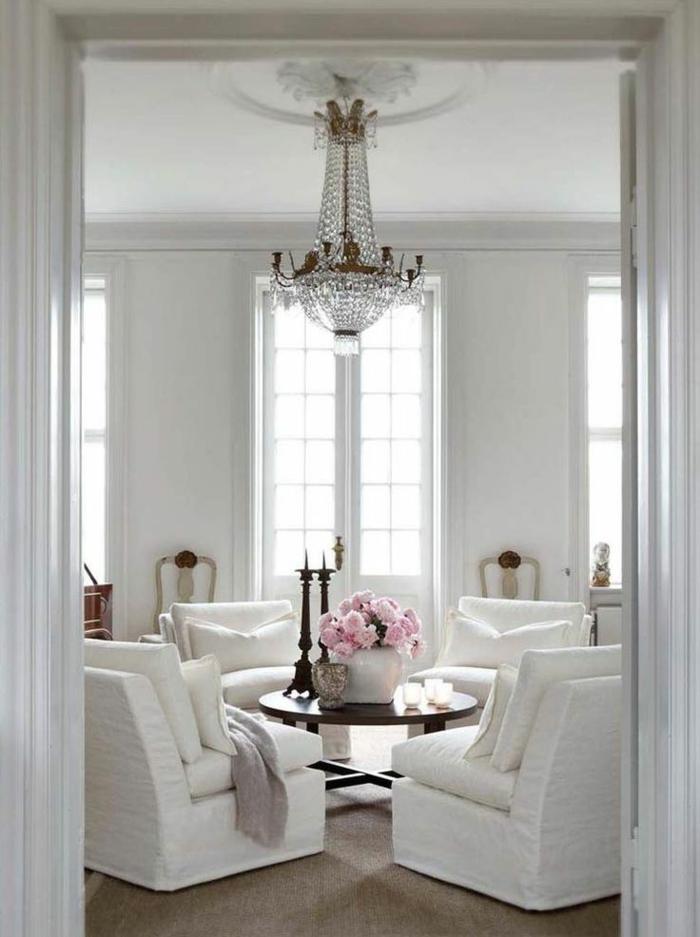 fauteuil-blanc-fauteuils-blancs-chandelier-en-cristal-intérieur-blanc