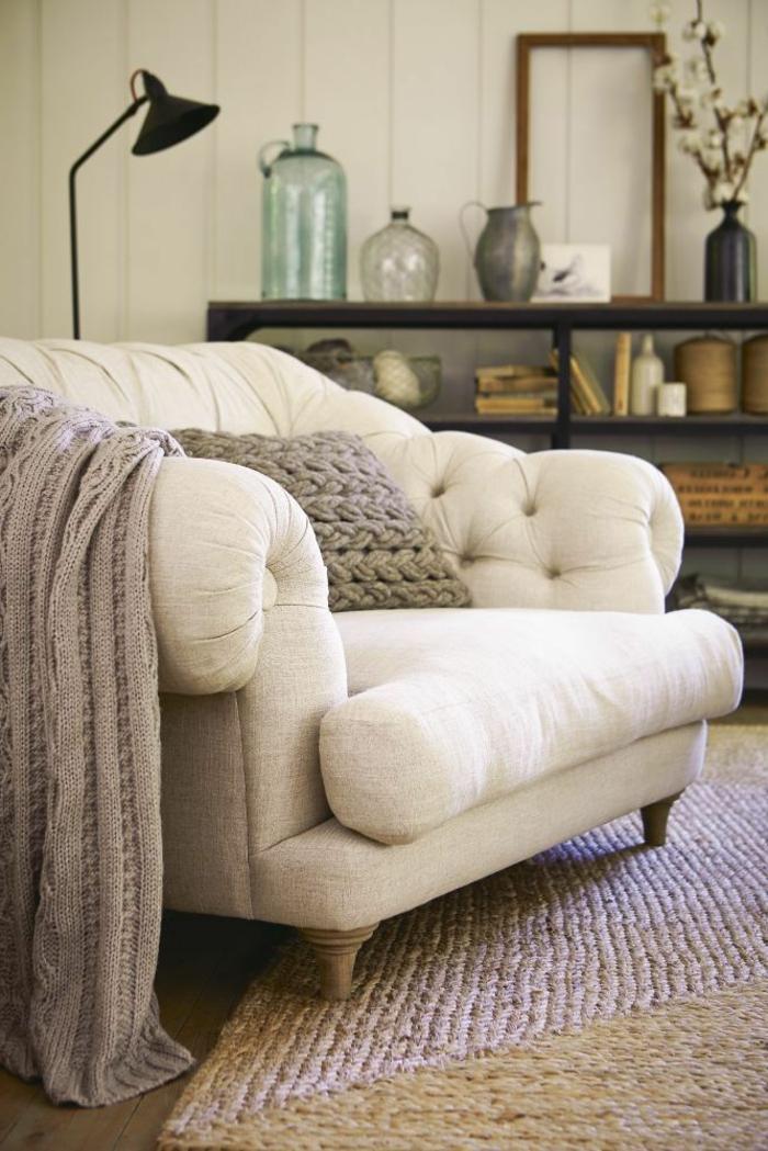 Le fauteuil blanc comme d coration for Grand coussin pour canape