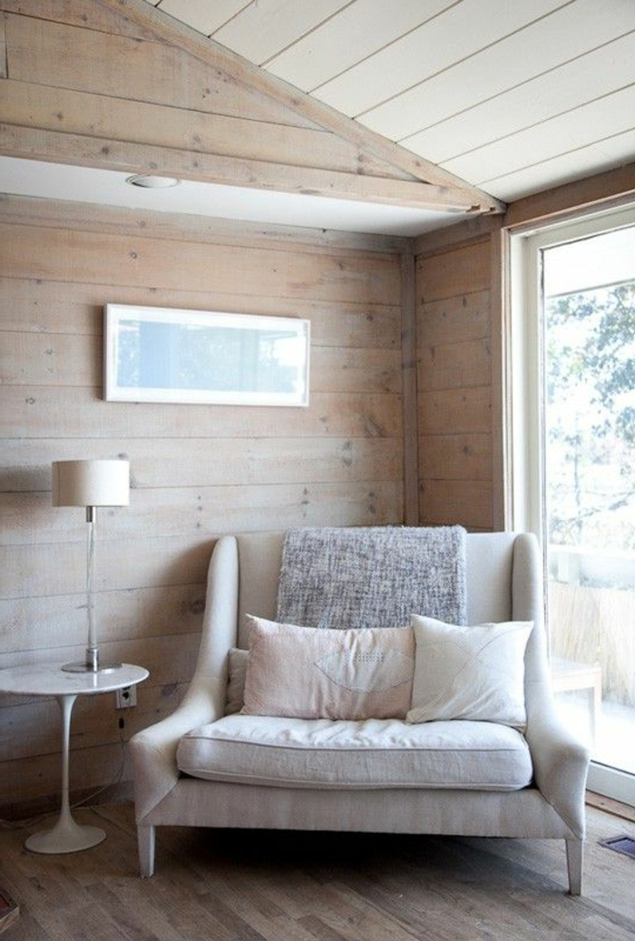 fauteuil-blanc-grand-fauteuil-blanc-mur-en-bois