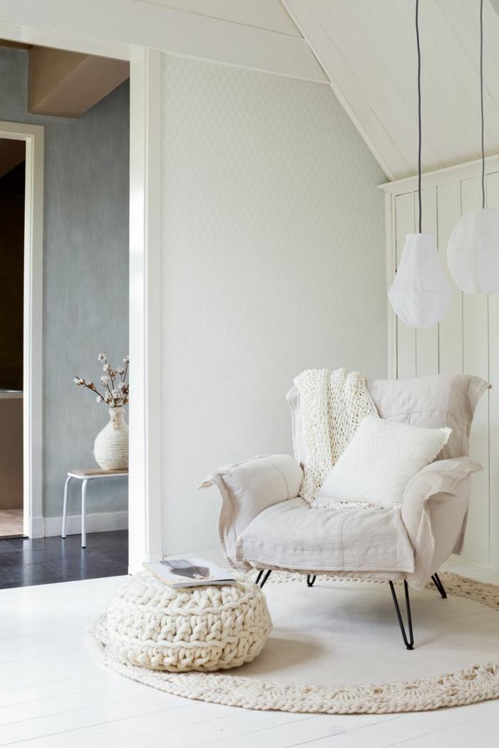 fauteuil-blanc-pour-et-tapis-crochetés