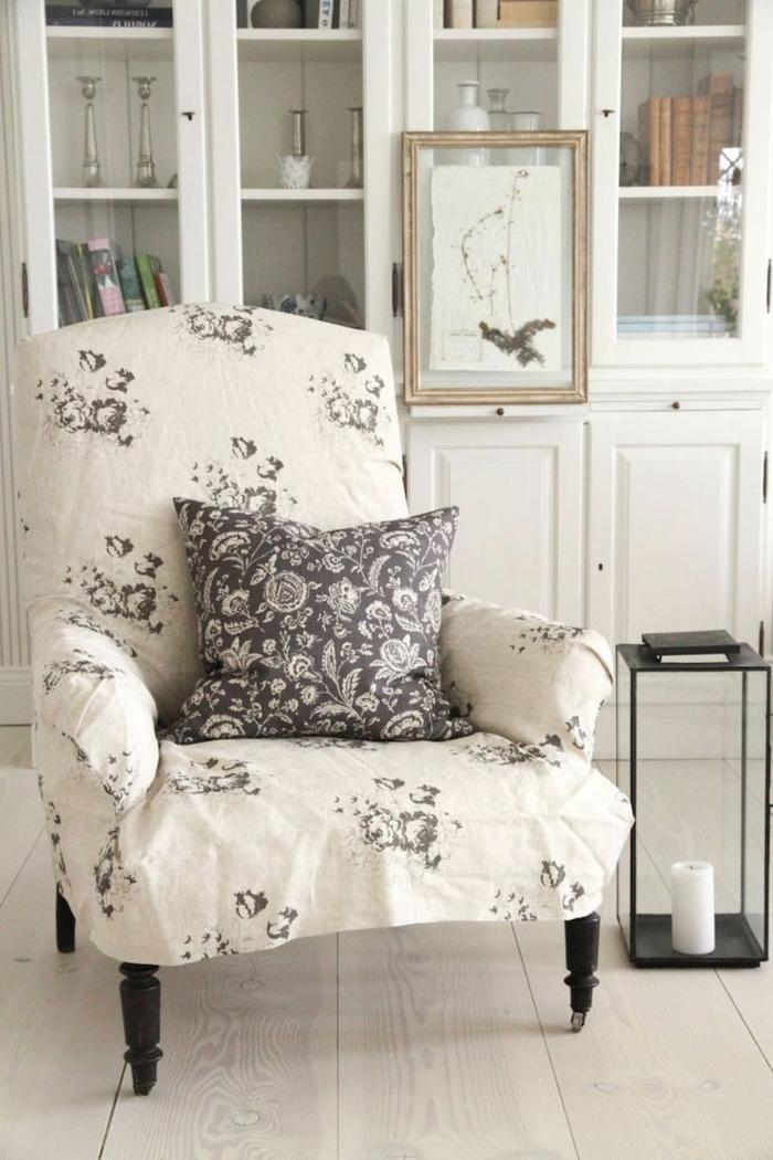 fauteuil-blanc-près-d'un-buffet-vintage-blanc