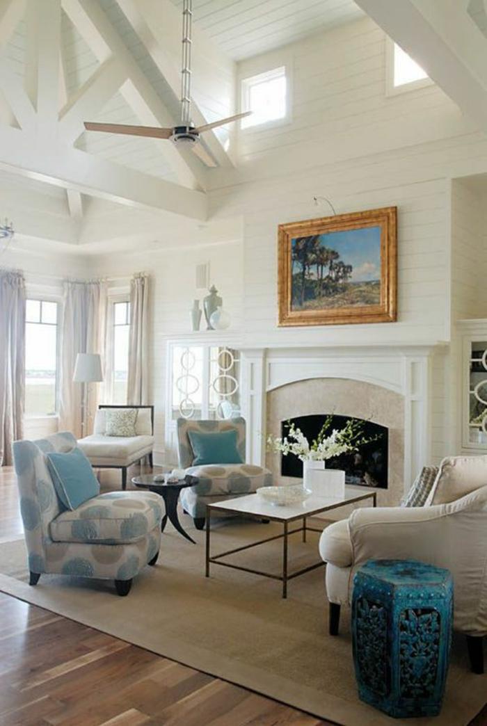 fauteuil-blanc-sol-en-bois-et-intérieur-en-blanc-et-bleu