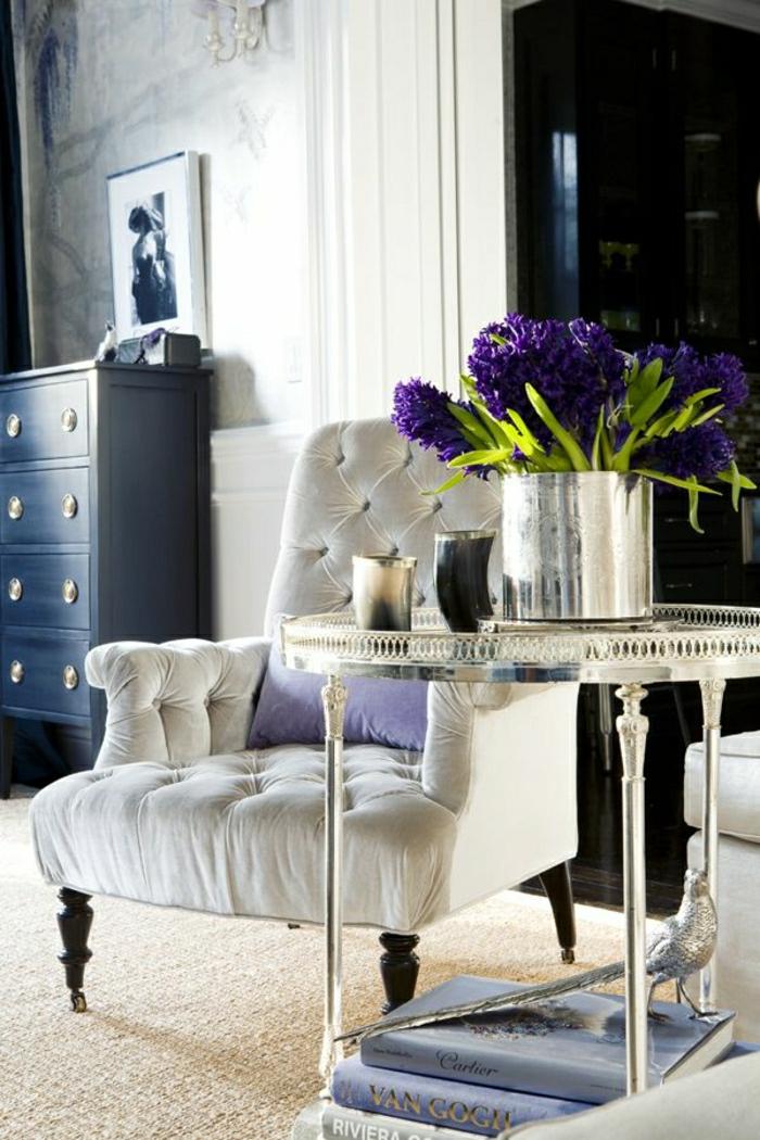 fauteuil-blanc-tapissé-design-vintage-table-ronde-originale