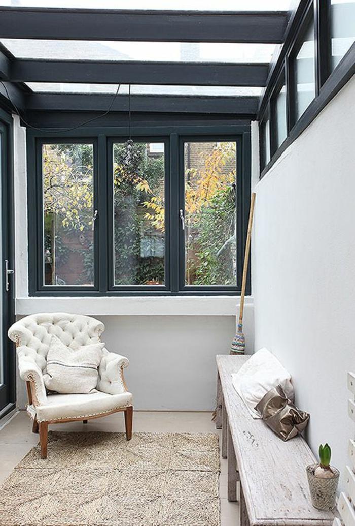 fauteuil-blanc-vintage-dans-une-pièce-rustique
