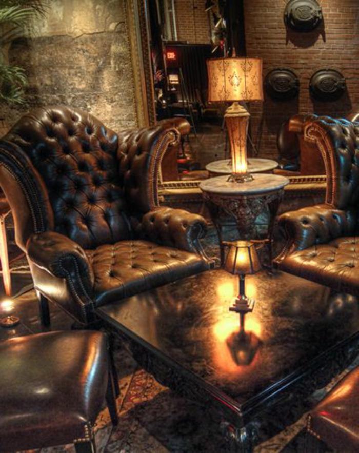fauteuil-club-cuir-vieilli-pour-la-chambre-avec-une-bibliothèque-en-bois-massif