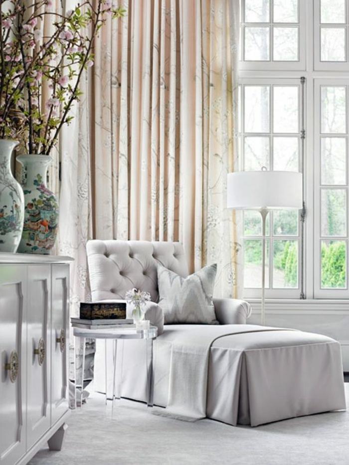 fauteuil-convertible-lit-1-place-ikea-idée-pièce-petite-canapé-gris-blanc-lanpe-rideaux-grand-fenetre