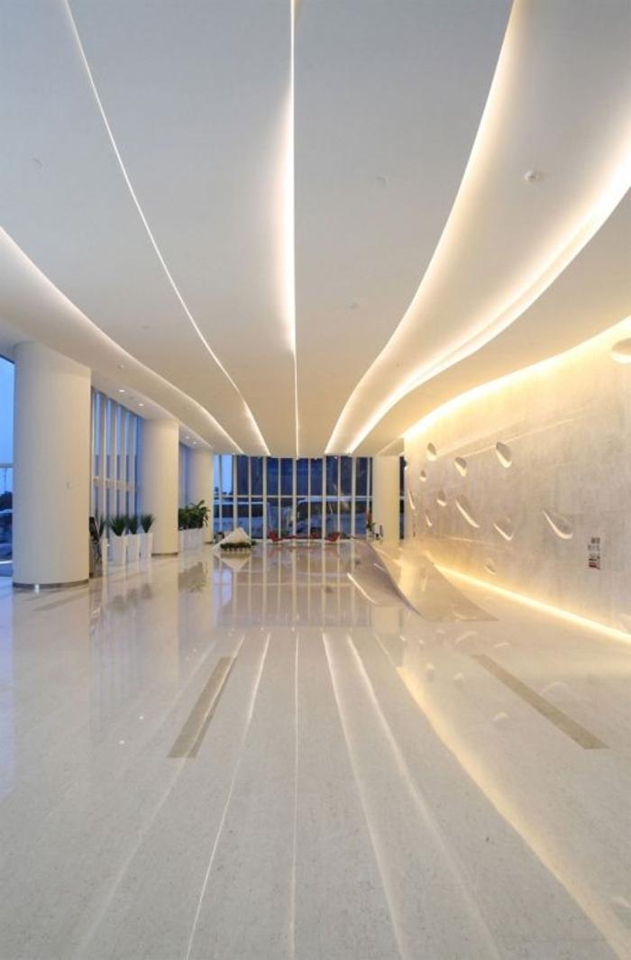 faux-plafond-design-original-plafond-blanc-lumière-vaste-salon-salle-de-séjour-sol-en-lino