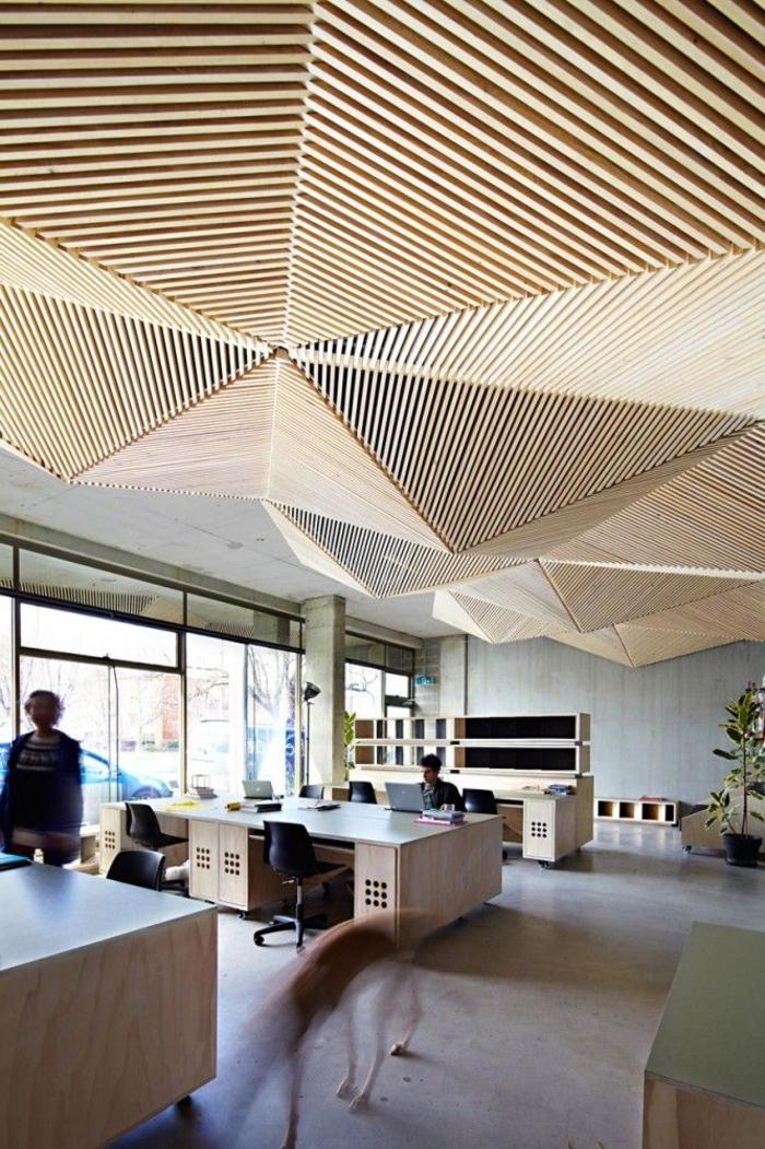 faux-plafond-en-bois-éléments-en-bois-sur-le-plafond-faux-suspendu-coment-faire-un-faux-plafond