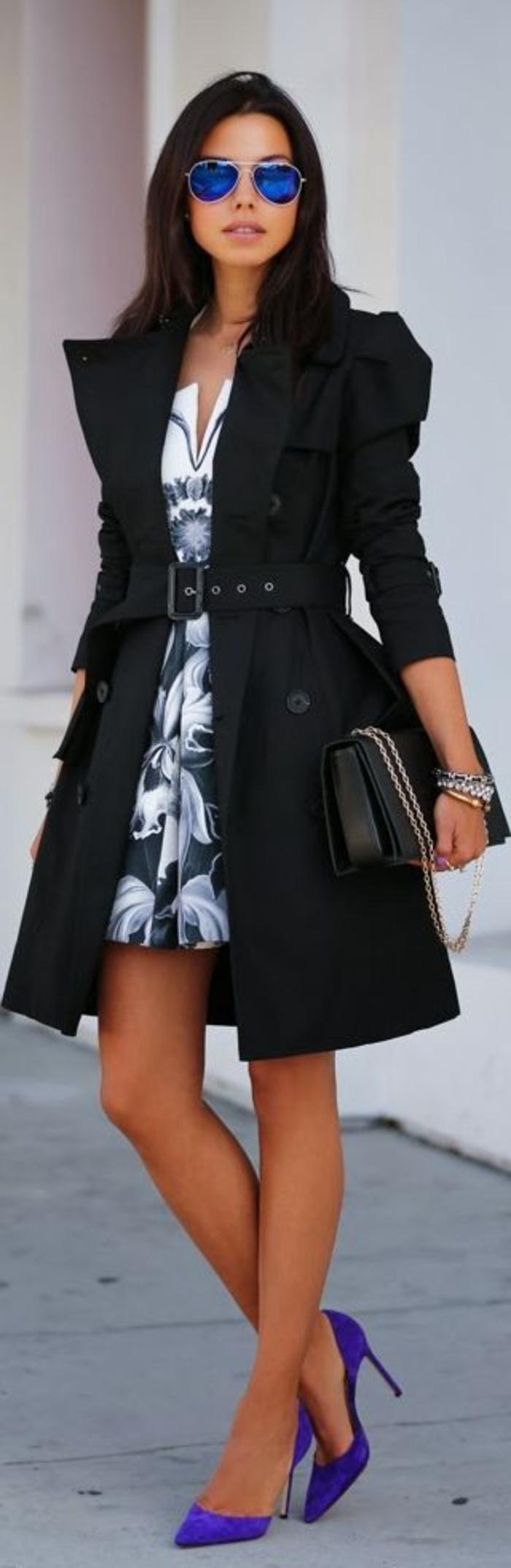 femme-adoptez-les-tenues-chics-pour-femmes-quotidiennement-tenue-de-jour-chaussures-a-talon-bleues-lunettes-de-soleil