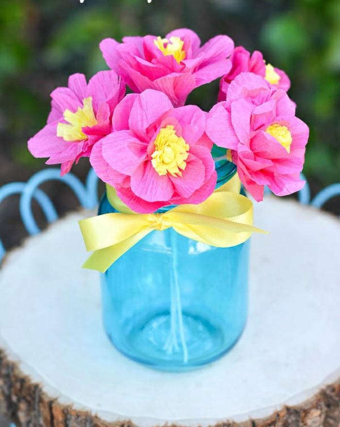 fleur-papier-crepon-mariage-faire-soi-meme-vase-en-verre-fleurs-roses