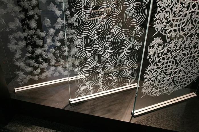 gravure-sur-verre-paris-gravure-sur-verre-dremel-idée-originale-porte-d-entree-salon
