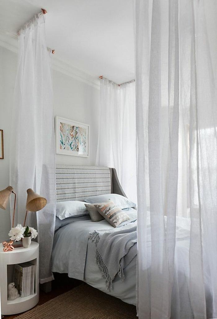 idéе-déco-chambre-parentale-lit-gris-avec-baldahin-gris-aménagement-pour-la-chambre-à-coucher