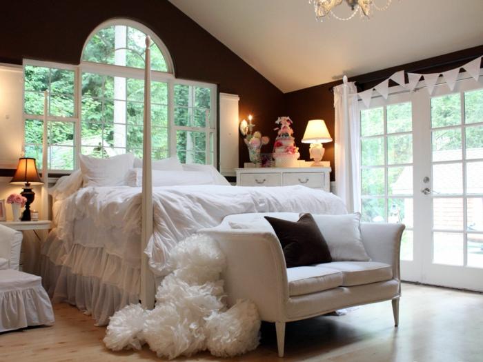 idéе-déco-chambre-parentale-lit-parquette-clair-canapé-blanc-mur-marron-foncé