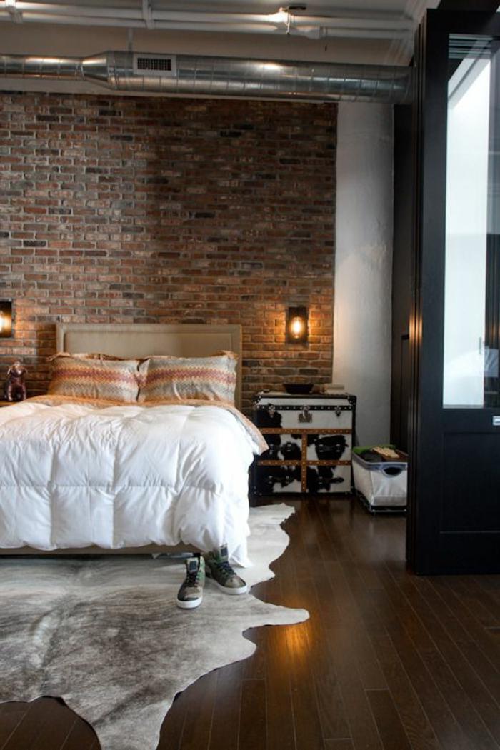 idéе-déco-chambre-parentale-mur-de-briques-rouges-tapis-en-peau-d-animal