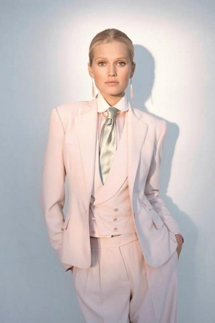 idée-tenue-chic-femme-tailleur-pantalon-femme-ceremonie-idée-vêtement-rose