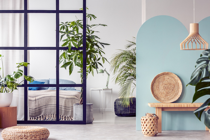 idée-séparation-cloison-amovible-pour-chambre-verrière-industrielle-pour-séparer-chambre-de-salon-deco-chambre-style-tropical