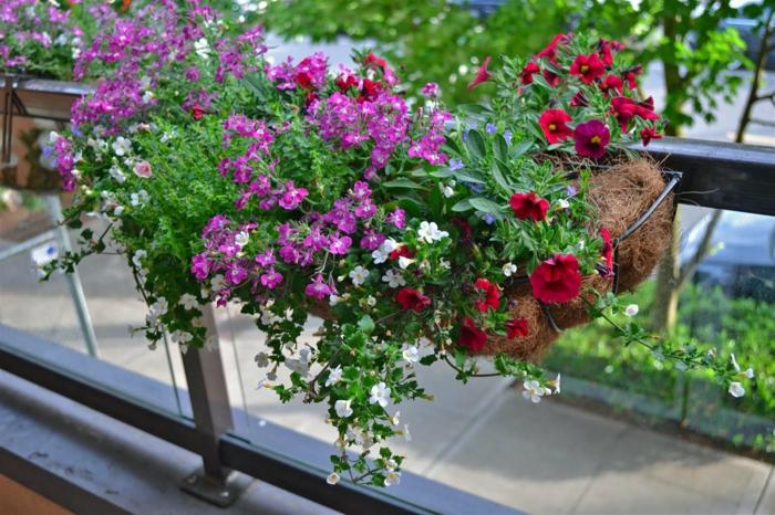 idee-deco-terrasse-comment-fleurir-son-balcon-beaucoup-de-fleurs-pour-le-balcon