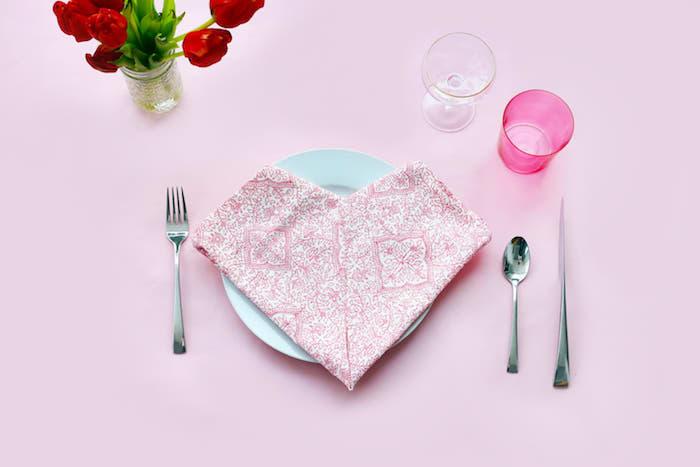 modele pliage serviette coeur simple a faire pour creer une deco table saint valentin originale