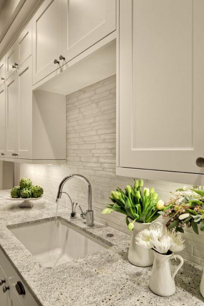 ikea-credence-de-cuisine-mur-de-briques-blancs-mur-en-pierres-blancs-fleurs-de-cuisine