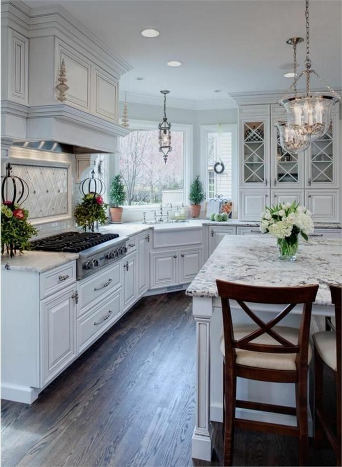 ilot-centra-ikea-dans-la-cuisine-moderne-avec-parquette-en-bois-foncé-et-ilot-central-en-marbre