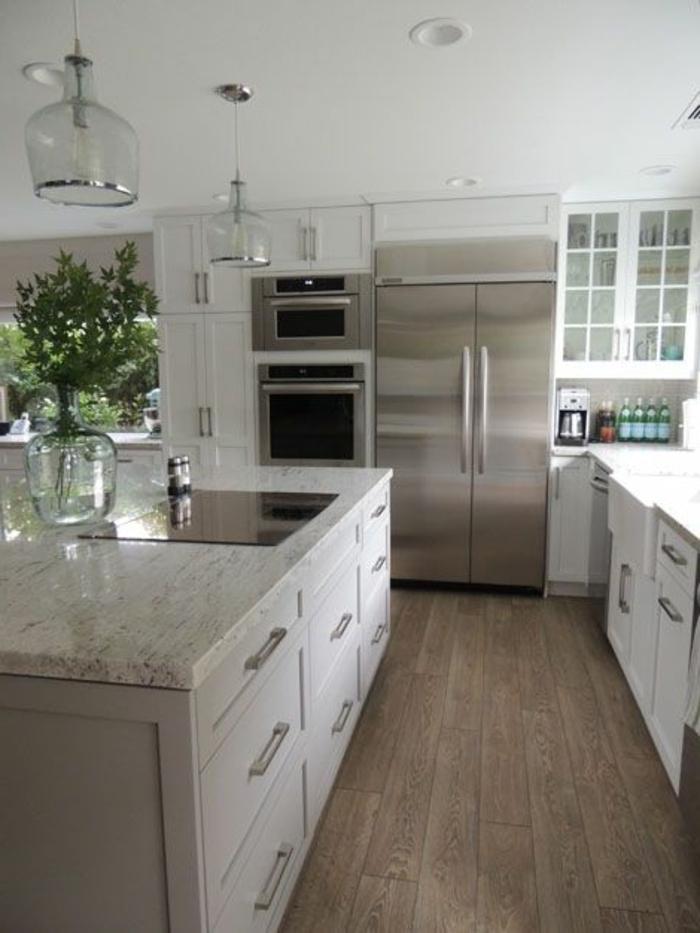 ilot-centra-ikea-dans-la-cuisine-moderne-de-couleur-blanche-et-sol-en-parquette-foncé