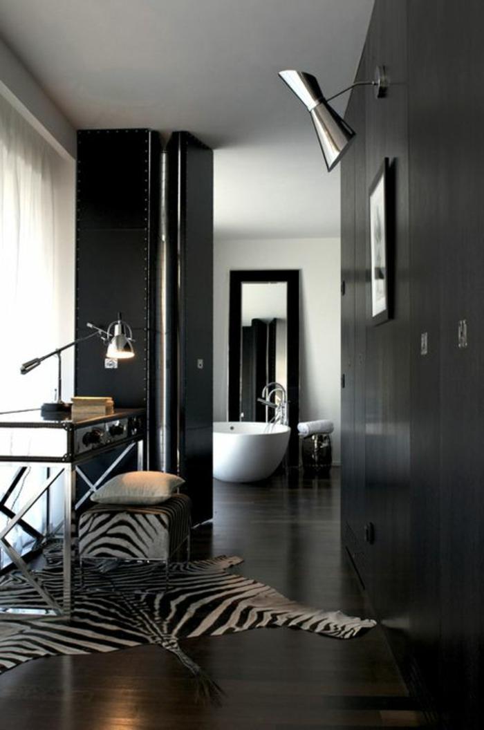 intérieur-noir-rideaux-blanches-longs-plafond-blanc-murs-noirs-baignoire-blanche