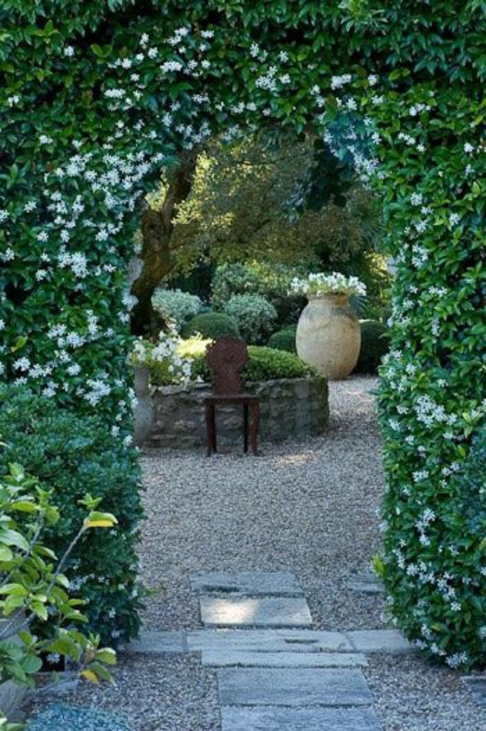 jardin-avec-cailloux-décoratifs-haie-vive-fleuri-jardin-avec-cailloux-decoratifs