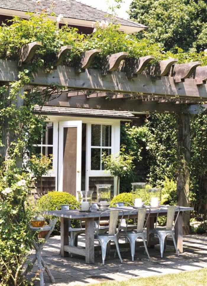 jardin-avec-plantes-grimpantes-verts-salon-de-jardin-pelouse-verte
