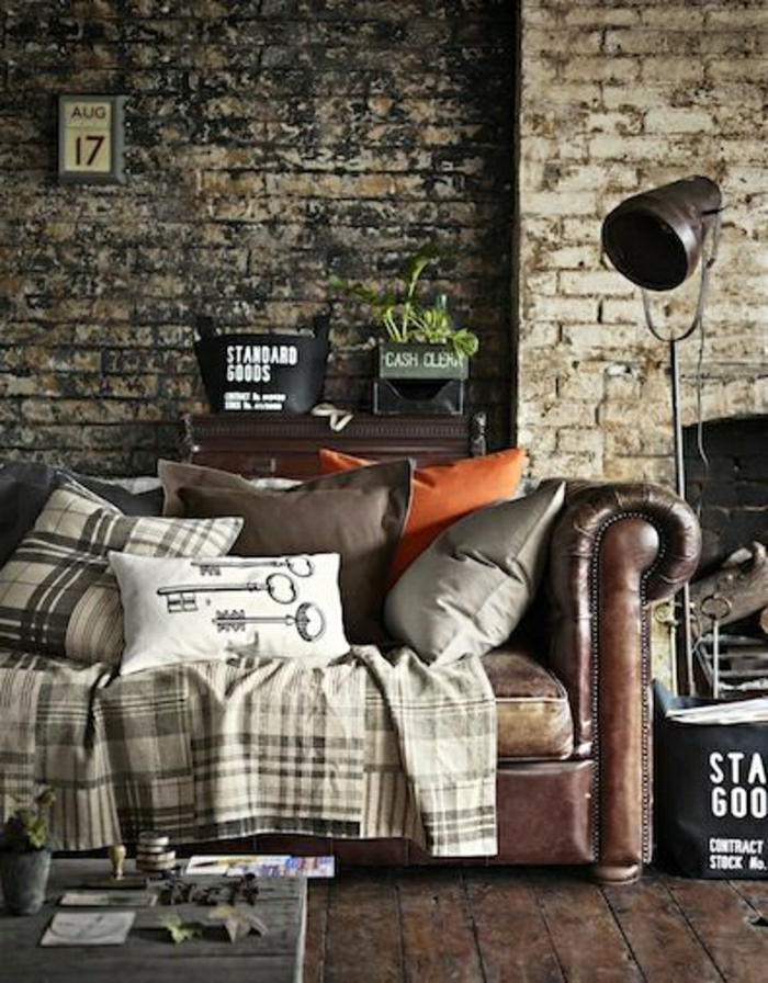 joli-fauteuil-club-cuir-de-couleur-marron-pour-le-salon-avec-murs-de-briques