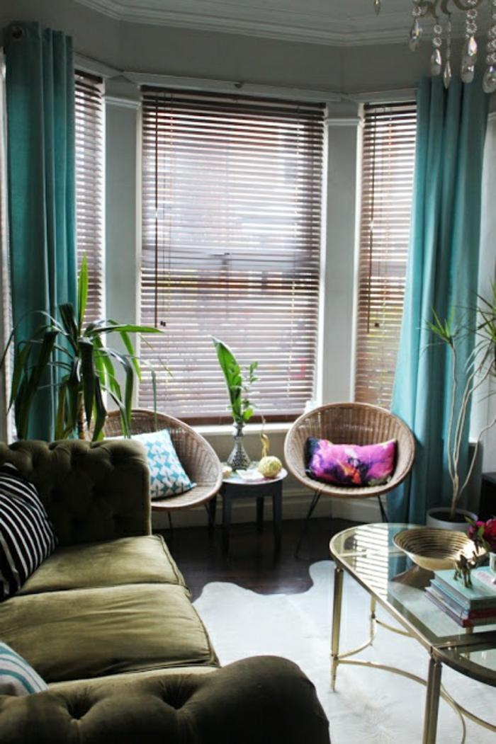 joli-salon-avec-rideaux-longs-bleu-stores-venitiens-bois-store-venitien-ikea-canapé-vert