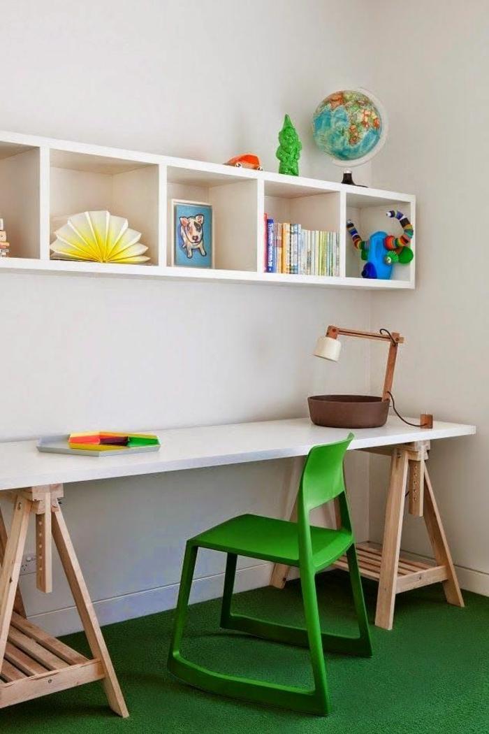 jolie-chambre-d-enfant-avec-tapis-vert-bureau-d-enfant-en-bois-meubles-muraux-mur-blanc