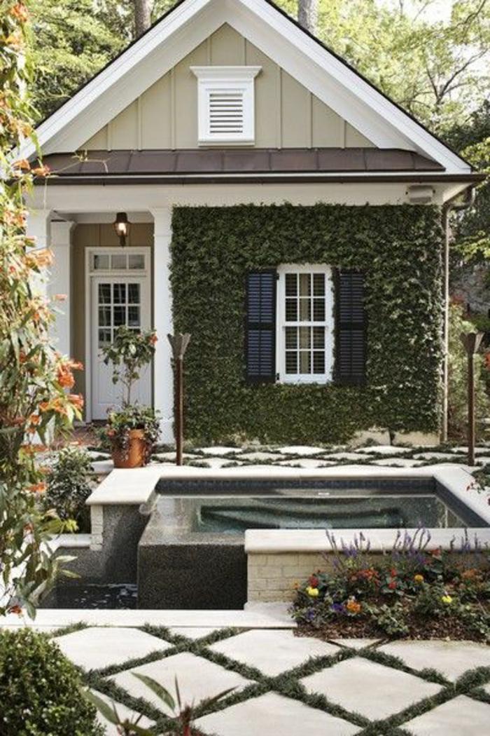 jolie-maison-plante-grimpante-ombre-maison-en-bois-maison-de-couelur-taupe-mur-beige