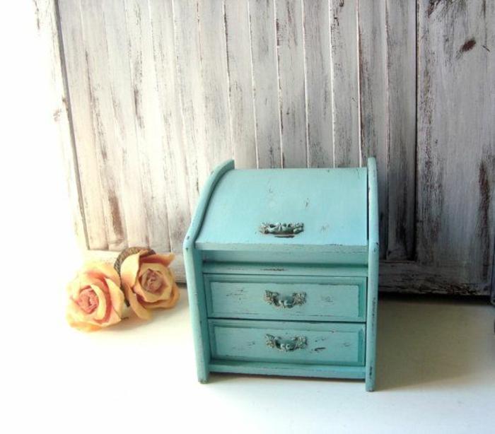 la-boite-a-musique-aménagement-boite-a-bijoux-enfant-bleue-vintage-roses