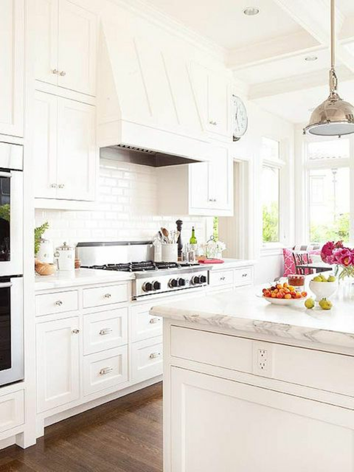 la-plus-belle-cuisine-avec-îlot-de-cuisine-blanc-en-marbre-blanc-et-intérieur-blanc