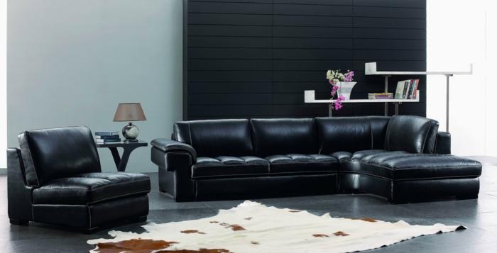 le-canapé-club-cuir-noir-pour-le-salon-de-luxe-avec-tapis-en-peau-d-animal