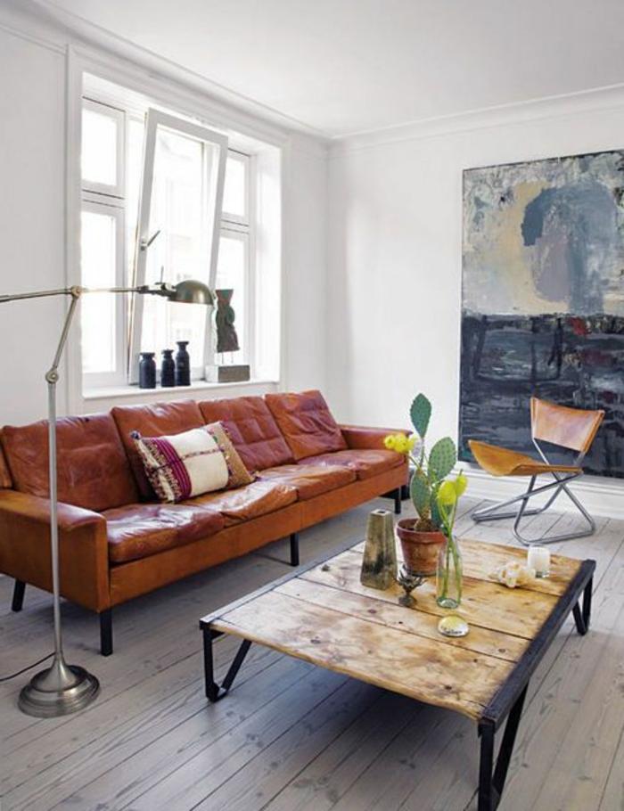 le-canapé-club-rétro-dans-le-salon-avec-sol-en-planchers-joli-intérieur