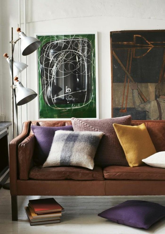 le-fauteuil-club-pas-cher-pour-le-salon-de-luxe-avec-peintres-muraux