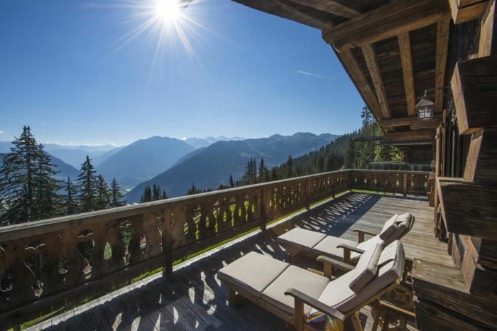 le-plus-beau-balcon-qui-vous-offre-le-plus-beau-paysage-vers-la-montagne