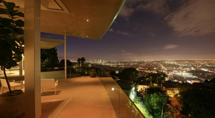 le-plus-beau-balcon-qui-vous-offre-le-plus-beau-paysage-vers-le-cité-pendant-la-nuit